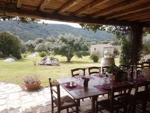 Location Scouting Ihr sucht die richtige Location für Eure Trauung auf Sardinien? Einen Beachclub, ein Land oder Weingut? Wir haben eine große Auswahl verlässlicher Partner an der Hand.