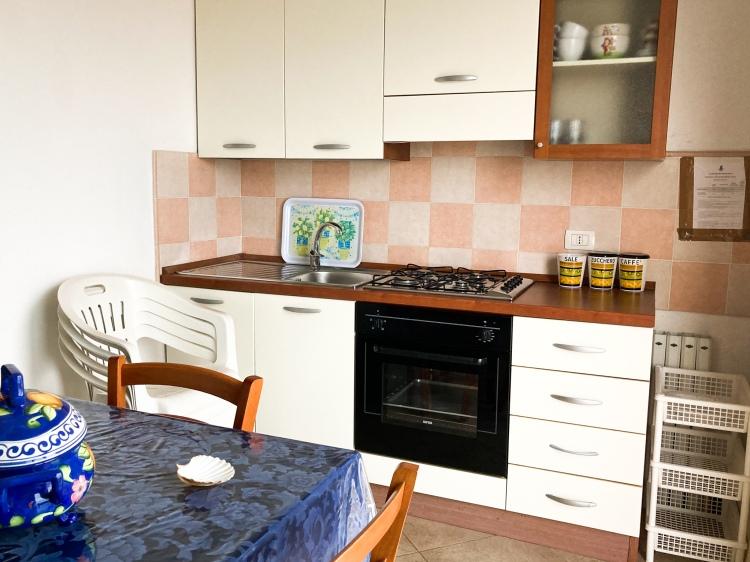 Die Küchenzeile ist komplett eingerichtet, Geschirr, Töpfe und Zubehör top gepflegt