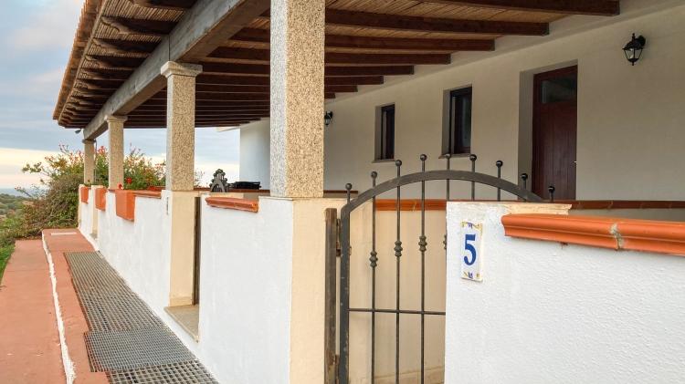 Die überdachten Terrassen auf der Vorderseite der Apartments