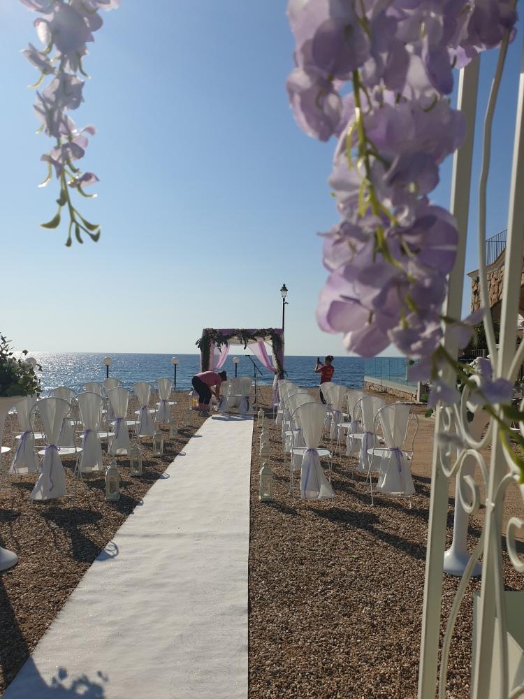Standesamtliche Trauung am Strand für die größere Hochzeitsgesellschaft