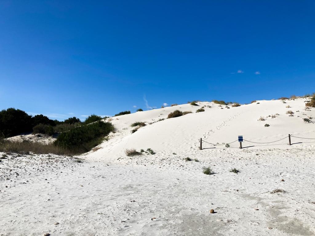Schneeweiße Dünenlandschaft am Capo Comino