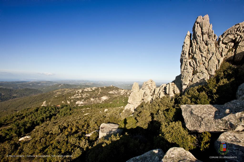 Granit, Wälder und Macchia, das Landschaftsbild im Inland der Gallura.