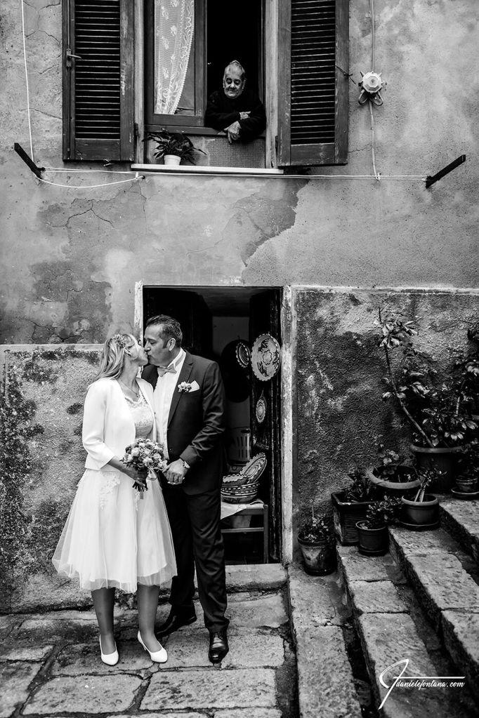 In den mittelalterlichen Gassen von Castelsardo zum After Wedding Fotoshootings